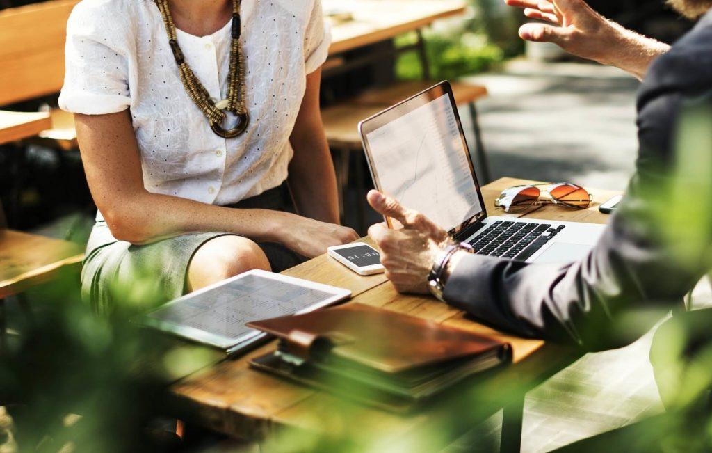 entretien d'affaire avec la présentation du plan de marketing